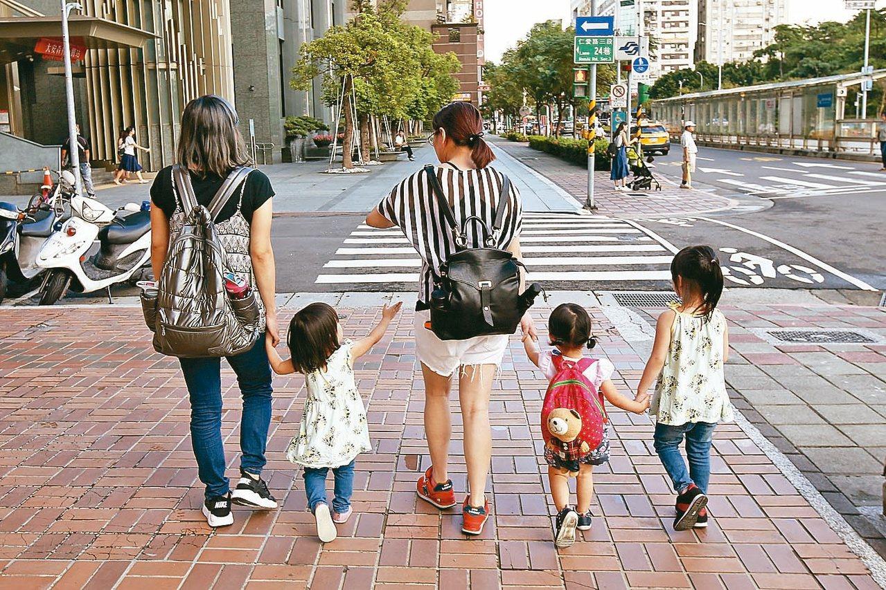 研究發現,母親照顧孩子時,比父親承擔更多壓力。 圖/聯合報系資料照片