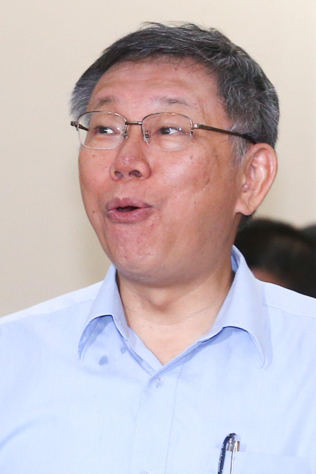 台北市長柯文哲上午舉行記者會說明將籌組「台灣民眾黨」,一進入會場看到媒體大陣仗柯...