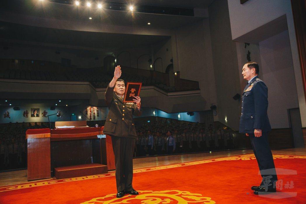 黃金財中將(左)接任憲兵指揮官。圖/軍聞社