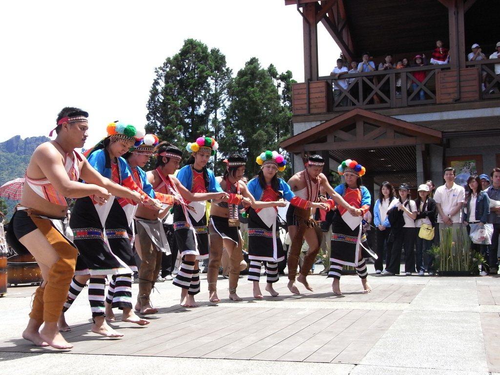 圖為陸客到阿里山森林遊樂區,原住民歌舞相迎。圖╱聯合報系資料照片