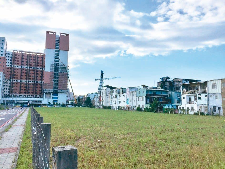 新北市政府昨舉行央北和台北港土地標售,央北重劃區四筆土地標售吸引43封標單,並且...