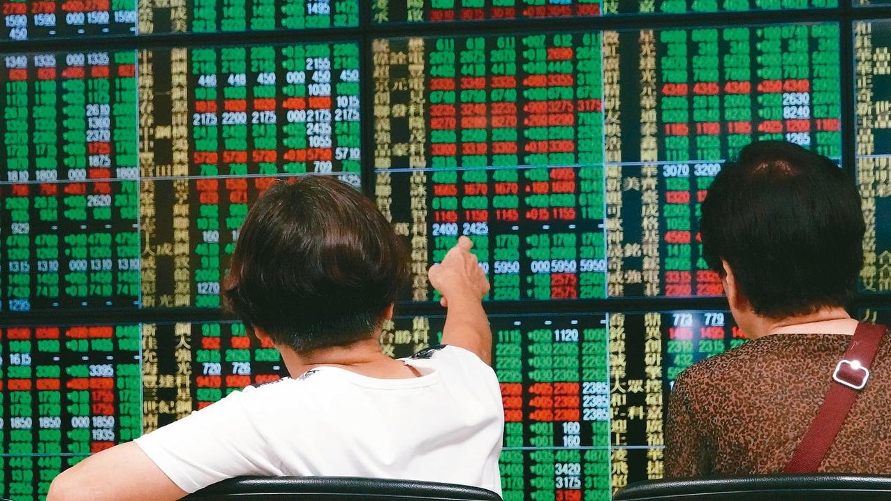美國聯準會「鷹派降息」,全球金融市場大感意外,台北股匯市也嚇跌。台股昨(1)日寫...
