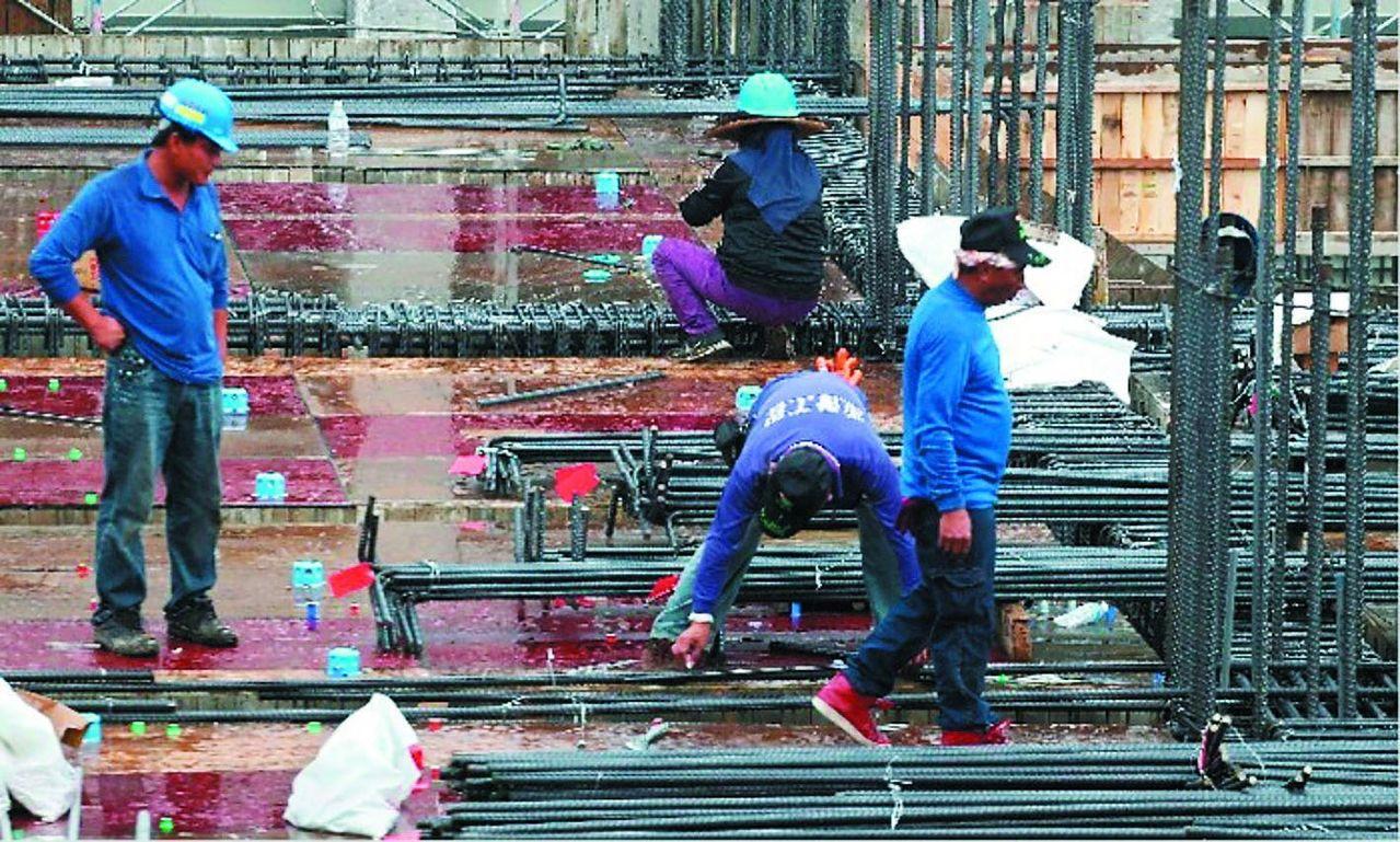 勞動基金運用局2014年進行300億元國內委外標案,以「台灣高薪100指數」為追...