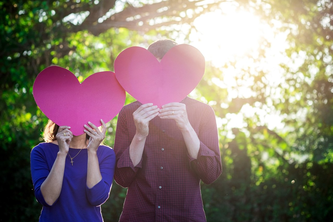 情侶在農曆七月曬恩愛,要顧慮好兄弟的心情。 圖/Ingimage