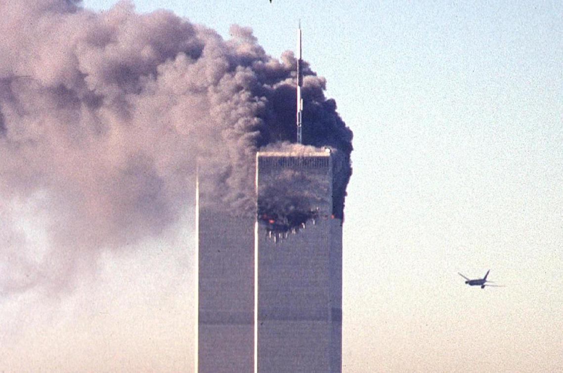 2001年9月1日,兩架被蓋達組職挾持的客機,自殺式襲擊紐約世貿雙子星大樓。 圖...