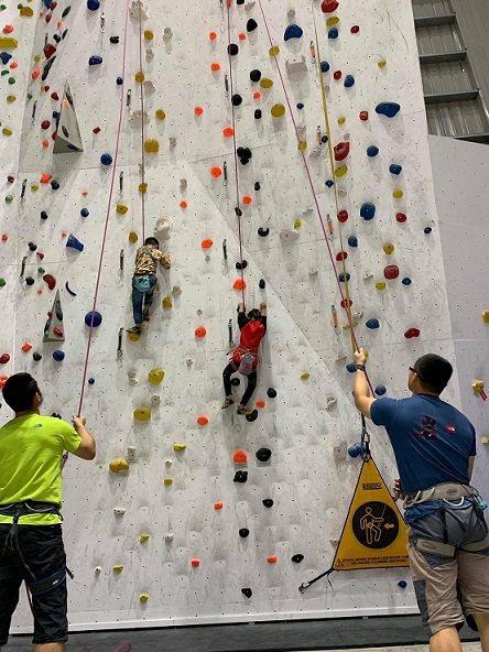 大埔攀岩場是室內攀岩場設施完善,還有專業教練指導。 業者/提供