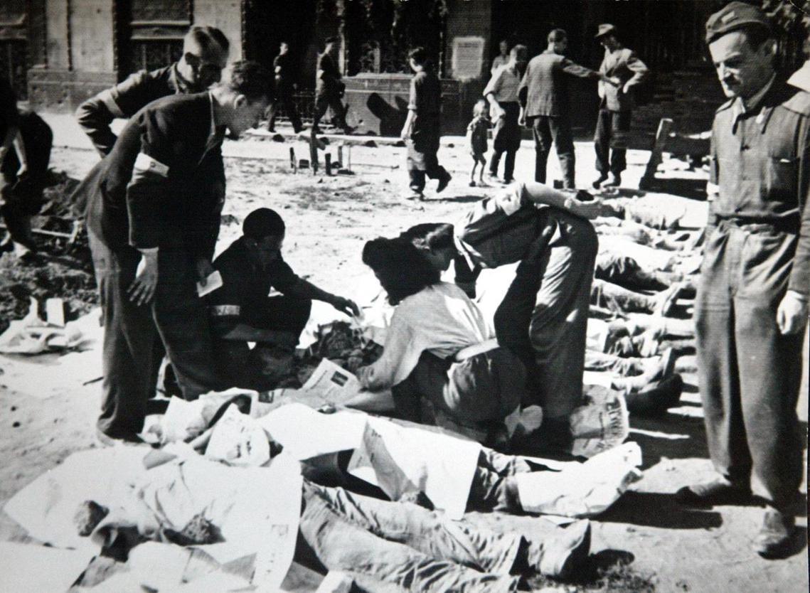 失敗的起義最終有近20萬的華沙人喪命,其中18萬人是無辜平民,另外50萬倖存者則...