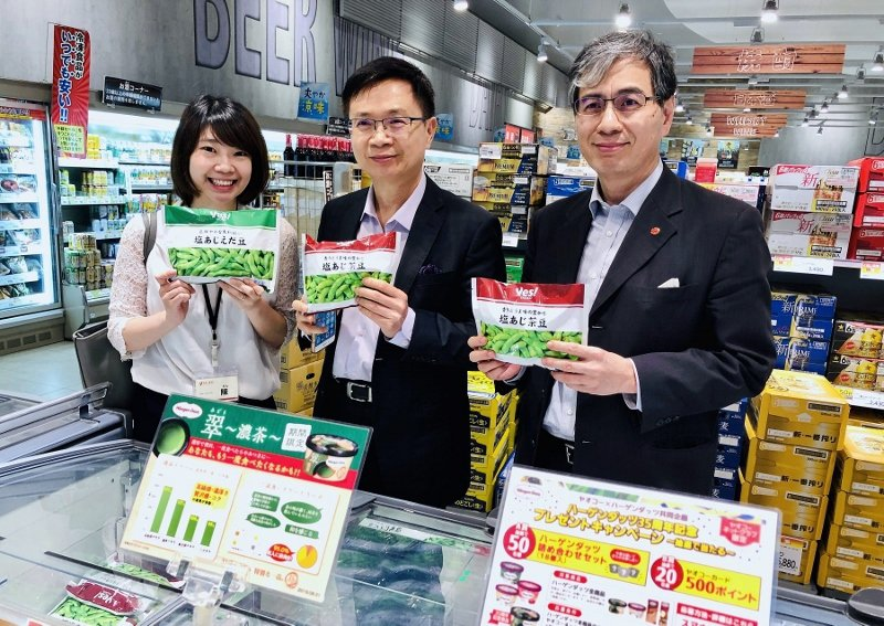 Yaoko株式會社負責採購台灣產品的經理陳珉宣(左),為貿協董座黃志芳(中)及東...