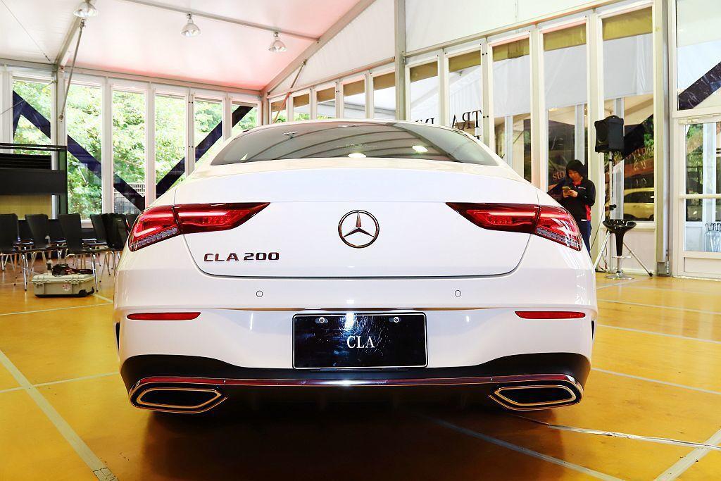 賓士CLA車頂弧線向後望去會感受到如同經典四門轎跑CLS的GT曲線,且與兩側明顯...
