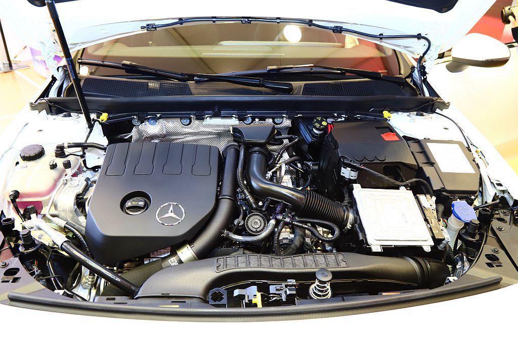 賓士CLA 200搭載1.4L渦輪增壓汽油引擎,可輸出163hp最大馬力;CLA...