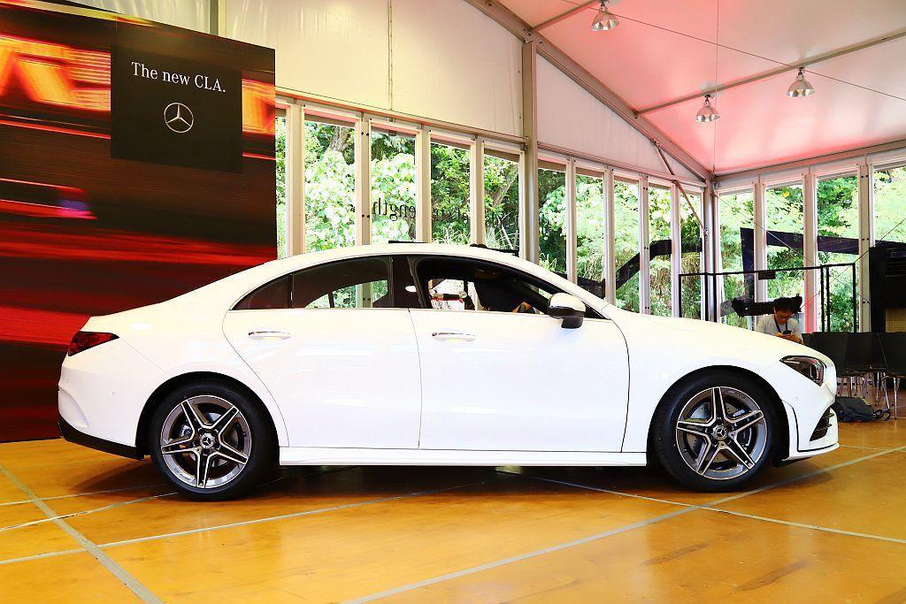 賓士在小型車有限的格局中,大膽採用4-Door Coupe四門轎跑造型,突破小型...