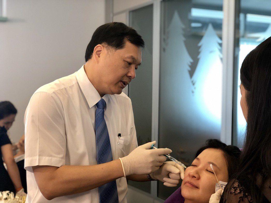 王正坤醫師日親自示範眼睛周圍,注射小分子玻尿酸的注射技術。 王正坤醫師/提供