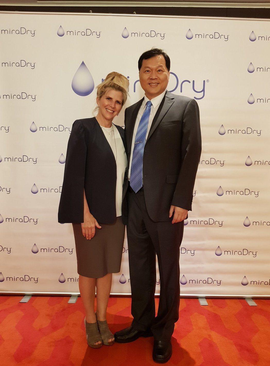 美國知名整形外科醫師Dr. Jennifer Harrington(左)與中華民...