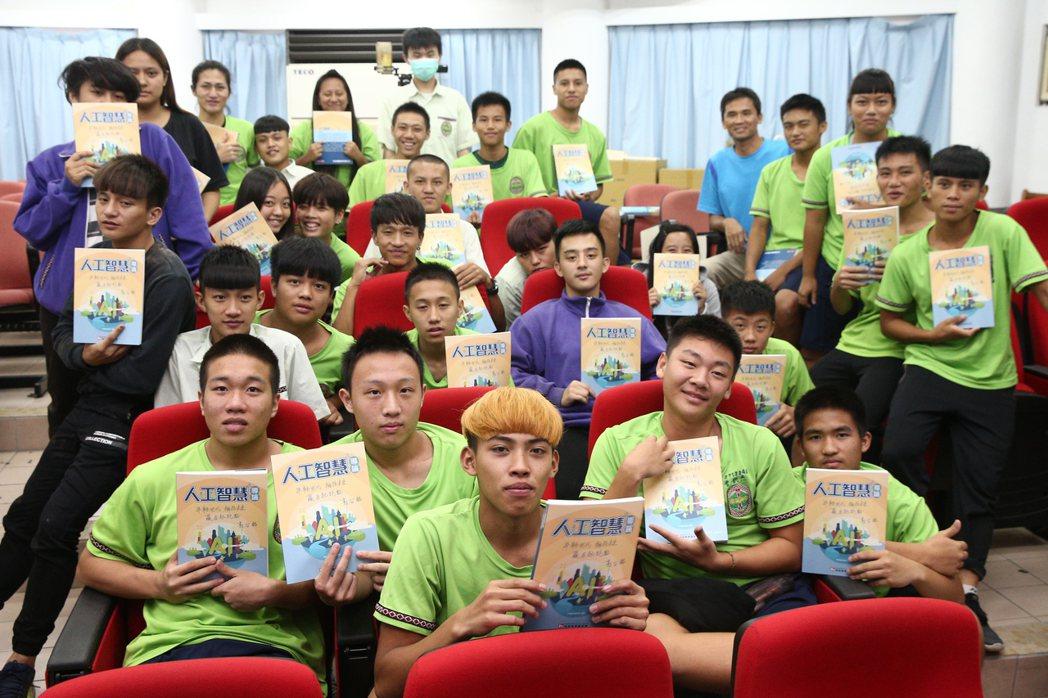 鴻海教育基金會贈送AI補充教材給南澳高中,學生人手一冊。記者蘇健忠/攝影