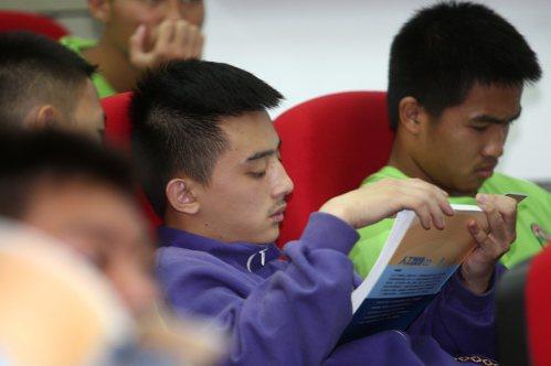 南澳高中學生拿到鴻海教育基金會贈送的AI補充教材,立即翻閱。記者蘇健忠/攝影