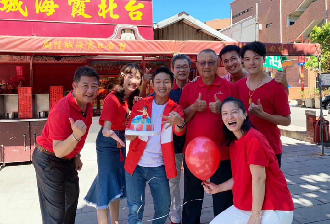 「苦力」演員到台北霞海城隍廟還願拜拜。圖/公視提供