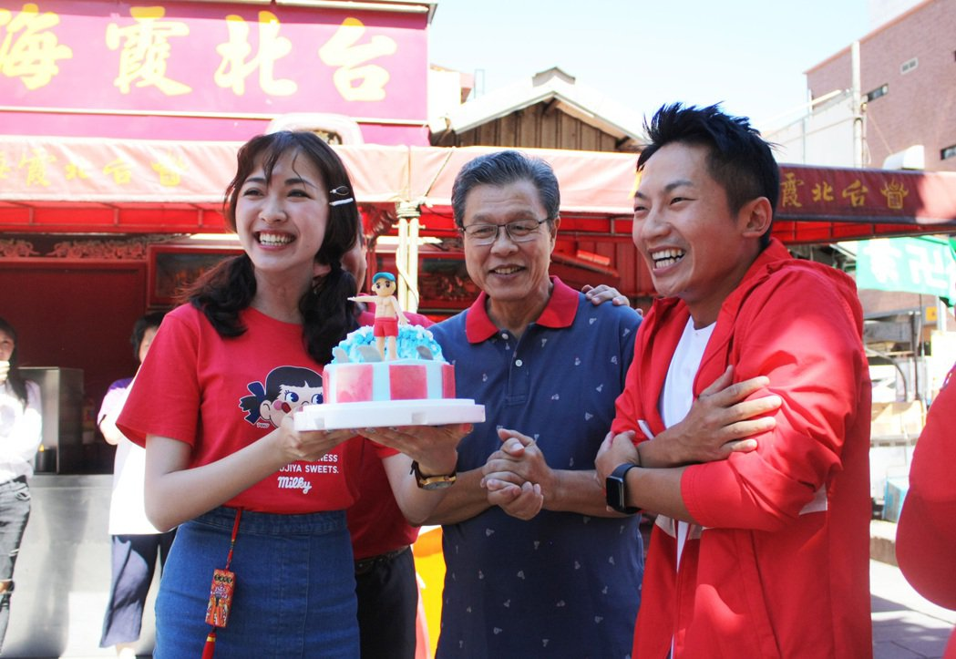 蔡昌憲(右)收下裸肌蛋糕。圖/公視提供