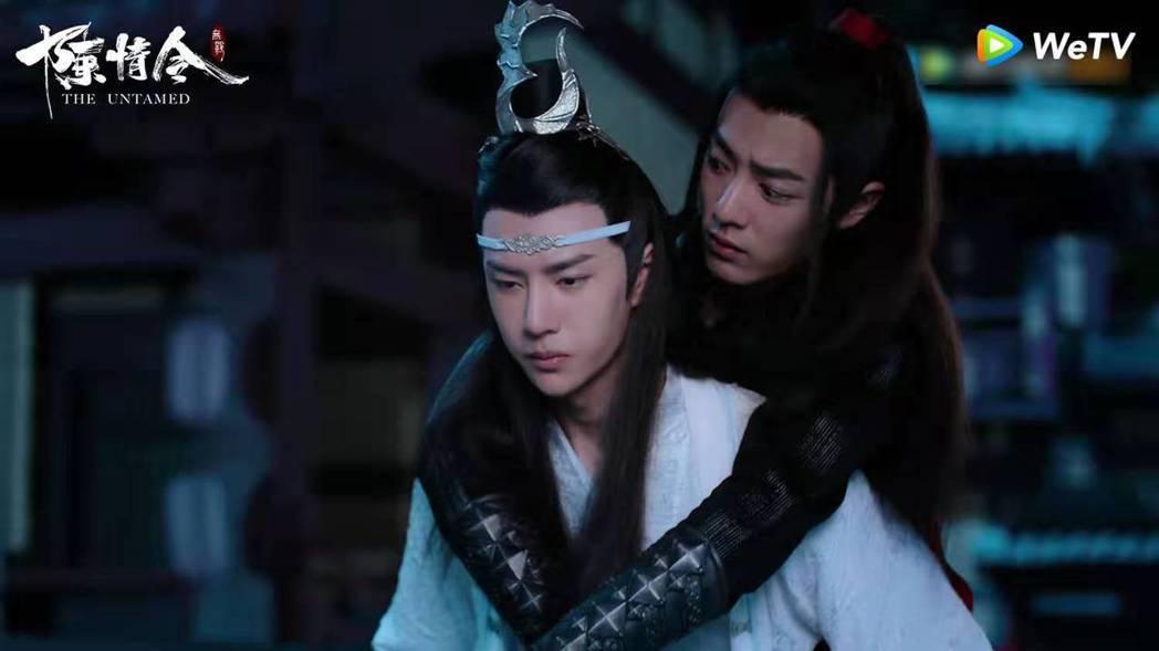 王一博(前)在「陳情令」中背起肖戰。圖/WeTV提供