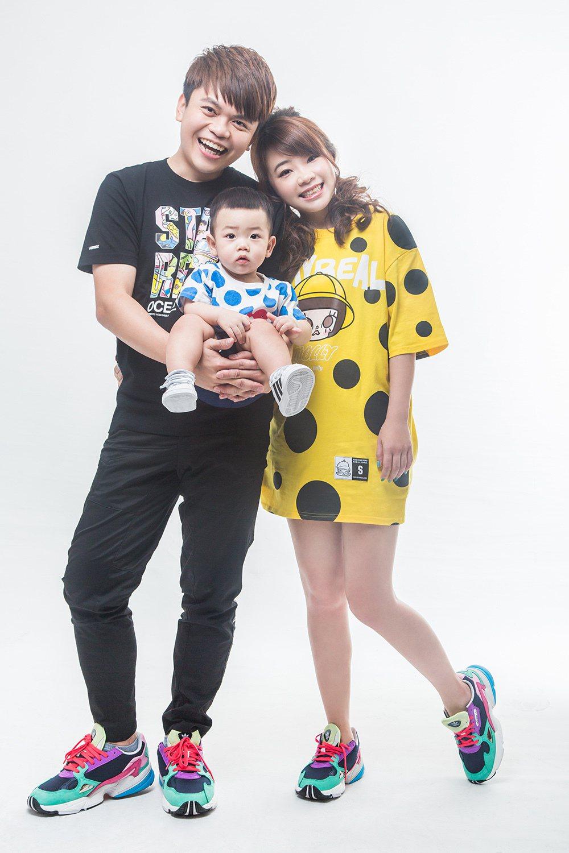 蔡阿嘎與二伯、蔡桃貴一家三口接受雜誌訪問。圖/媽媽寶寶提供