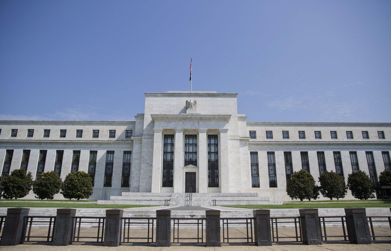 Fed降息1碼,暗示還會再降,並宣布8月停止縮表。圖/美聯社