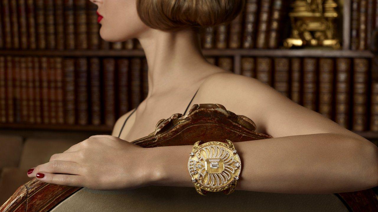 結合雙頭鷹與盾牌紋理的Aigle Cambon手鐲,1,395萬8,000元。圖...