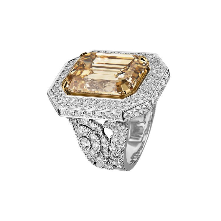 八角造型的Sarafane戒指,以16.70克拉祖母綠式切割褐黃色鑽石,呼應帝俄...