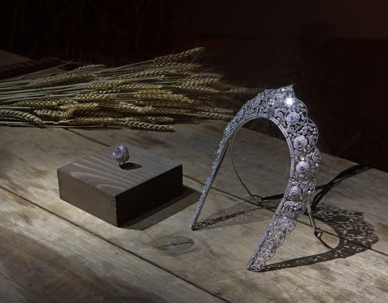 以俄羅斯傳統頭飾Kokoshnik作為靈感的Sarafane可轉換式項鍊,可作為...