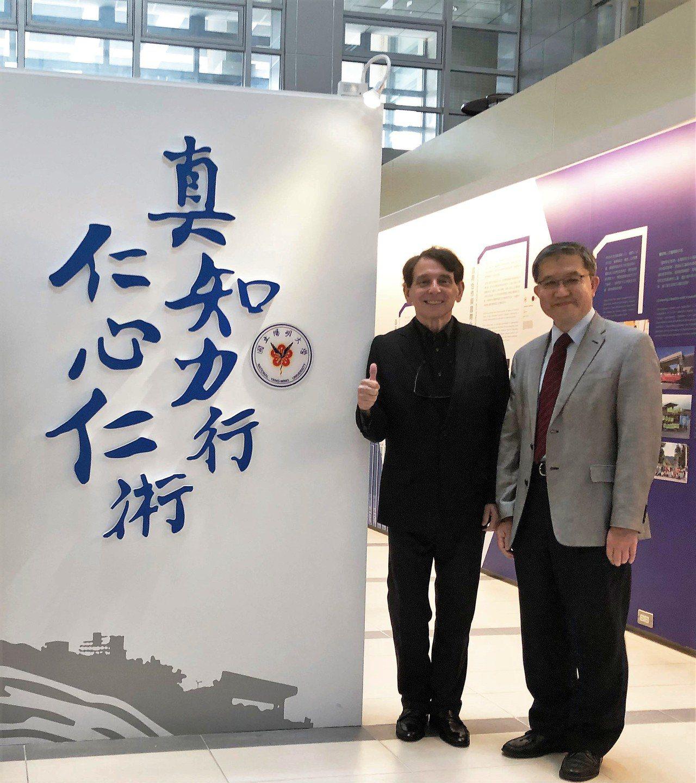 司徒文(左)日前參觀陽明大學圖書館與郭旭崧校長合影。圖/陽明大學提供