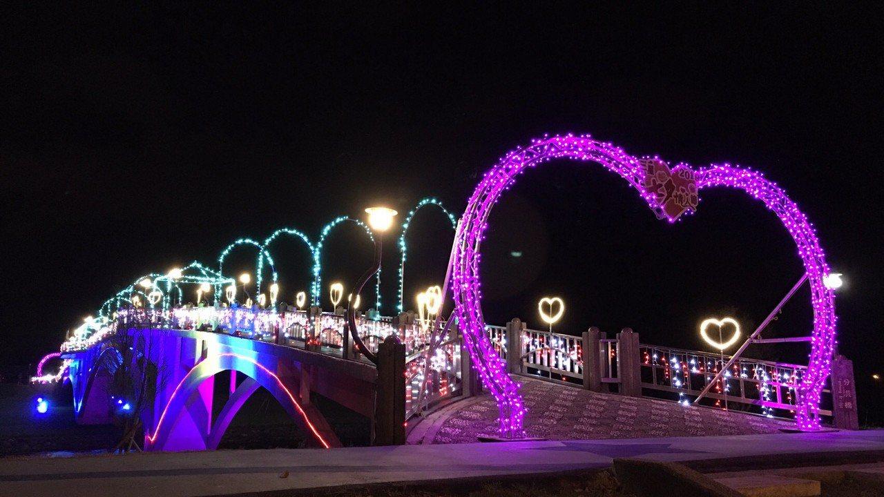 宜蘭縣三星鄉公所將安農溪分洪堰的拱橋美麗變身為情人節「鵲橋」,漆上粉紅妝彩,還以...