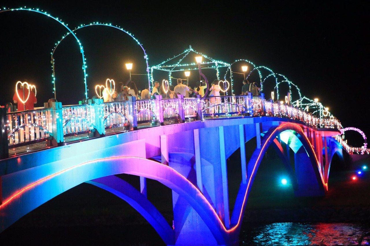 宜蘭縣三星鄉公所推出「情定安農溪幸福在三星」,分洪堰的拱橋美麗變身為情人節「鵲橋...