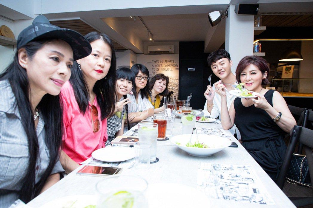 許富凱(右2)和王彩樺一起請粉絲吃飯  圖/LiTV提供
