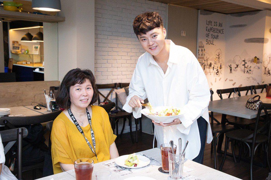 許富凱(右)和粉絲聚餐  圖/LiTV提供