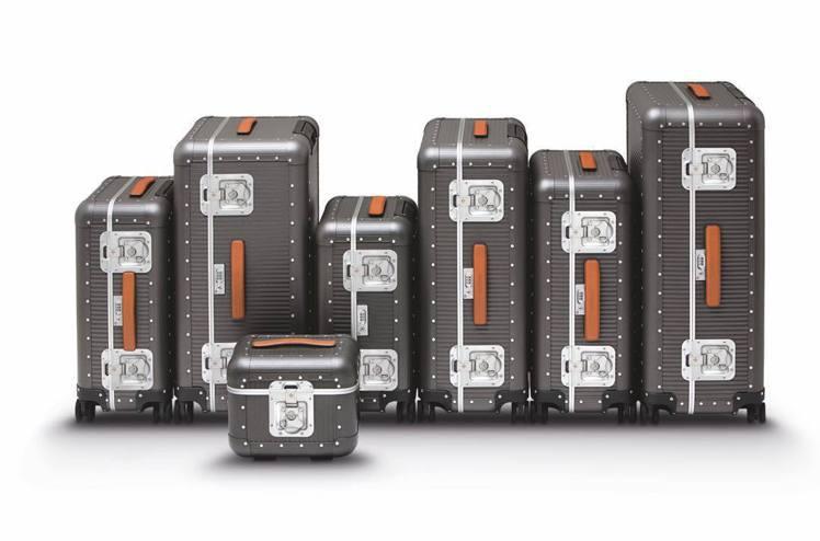 招牌的鋁合金Bank系列行李箱,除了原色之外,還提供了鍍深灰色的選擇,更具復古感...