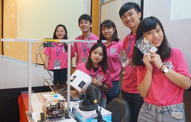 中原舉辦國際營隊,來自日本與大陸的學生參加專題競賽,發揮團隊合作能力。圖/中原大學提供