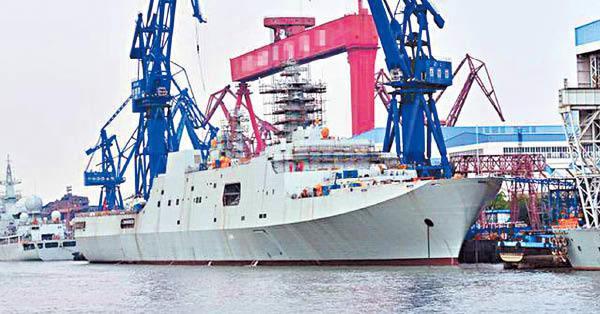 共軍第5艘071級船塢登陸艦「龍虎山」號。圖/新浪網、作者:香港文匯報