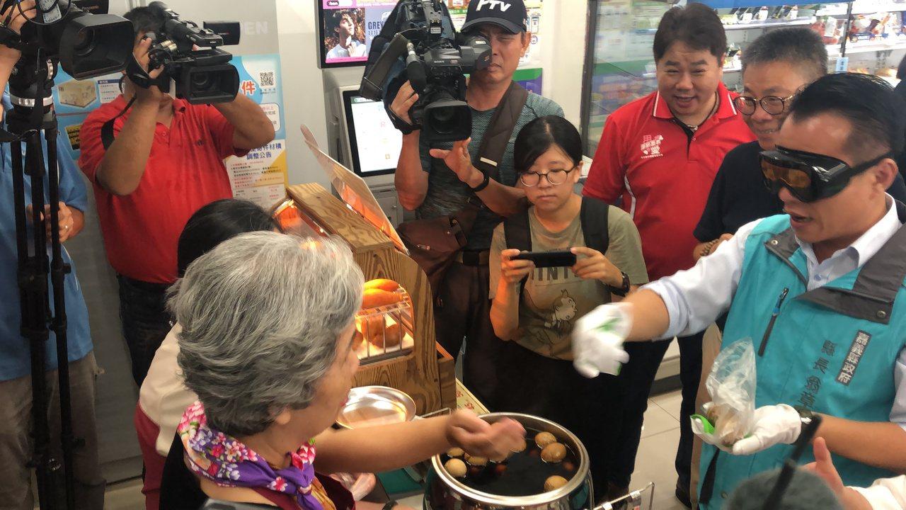 嘉義縣長翁章梁(右)戴特殊老化眼鏡和手套,體驗長輩身體退化情境,向阿嬤買茶葉蛋。...