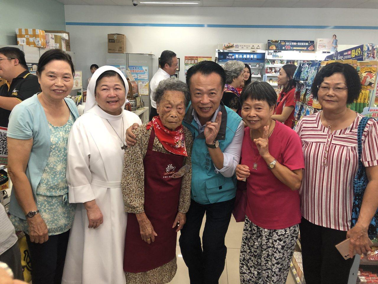 務農退休人瑞梅珠阿嬤(左三)由3名女兒陪同到「幾點了咖啡館」水上鄉北雄門市實習,...