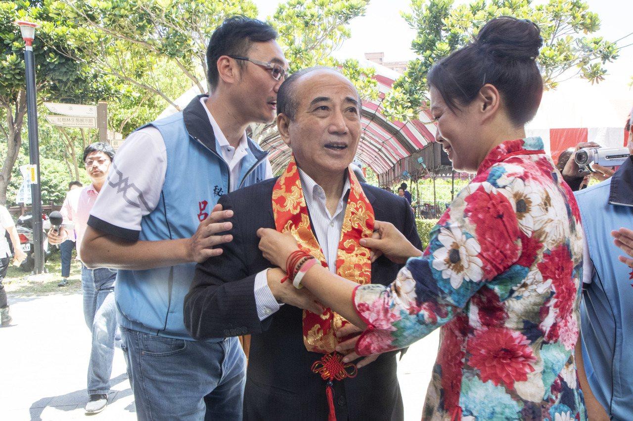 立法院前院長王金平今上午出席活動後,被問到台北市長柯文哲是否前來聯繫?還是有在約...