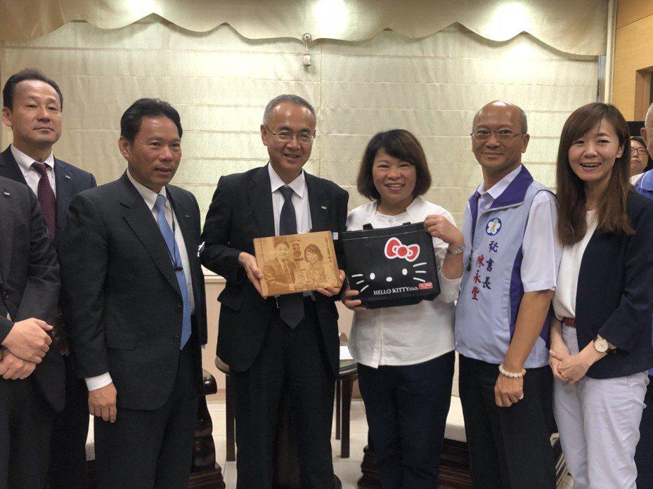 副社長小谷野悅光(左三)拜訪嘉義市長黃敏惠(右三),雙方互贈禮物。記者李承穎/攝影