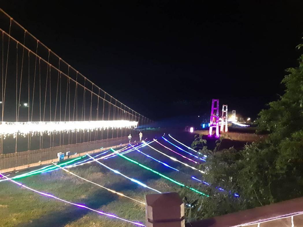全國知名且是宜蘭縣內最大的大同寒溪鋼索吊橋,情人節前夕,大同鄉公所打造成幸福鵲橋...