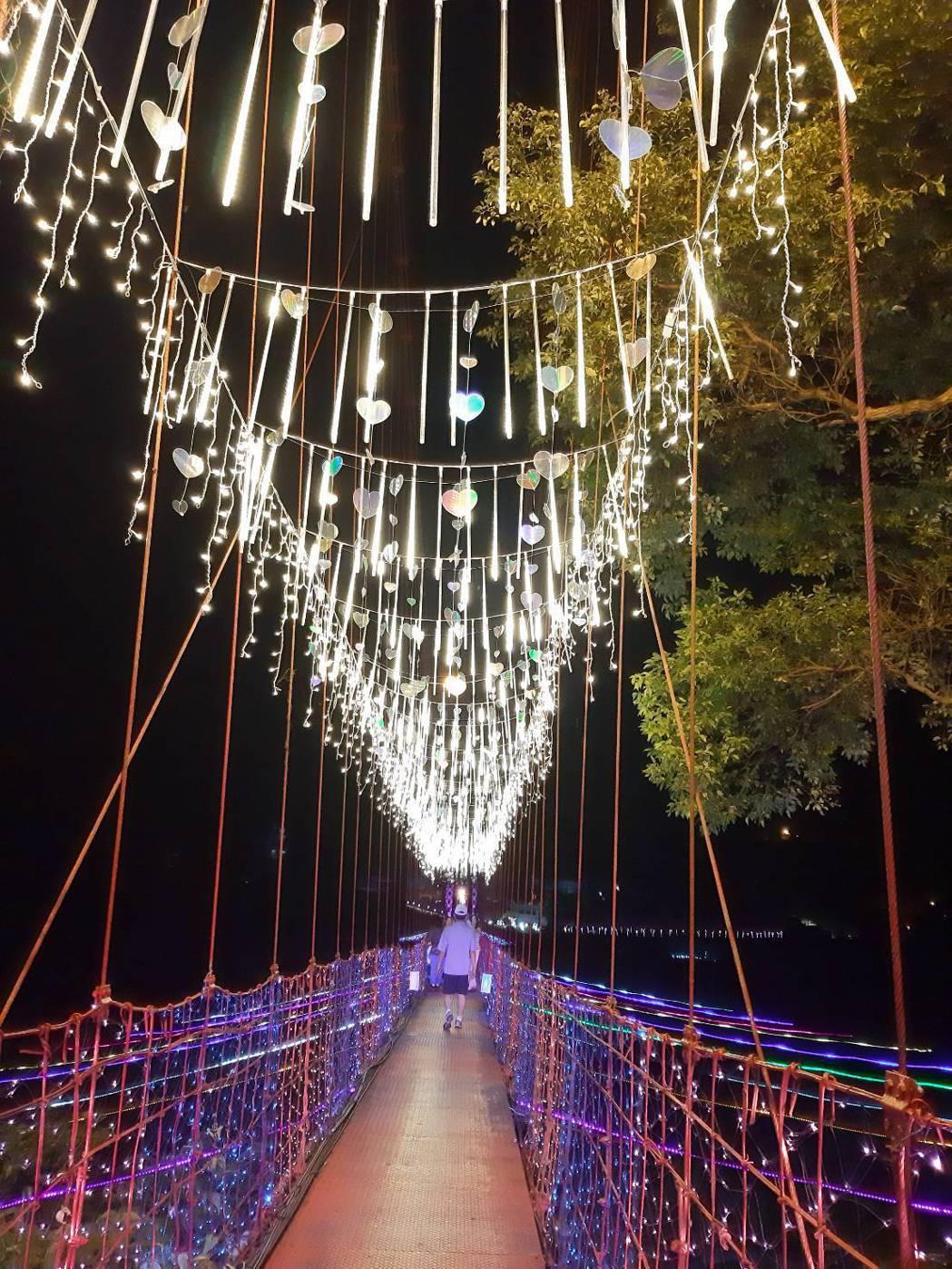 吊橋設計以「泰雅神話之橋-希利克鳥的祝福」為主題,裝飾閃閃發亮的羽毛,有如每位戀...