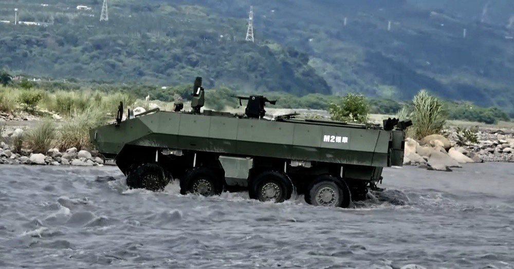 國防部正式對外披露雲豹二代甲車最新M2樣車在濁水溪進行戰術測試的畫面。翻攝軍聞社...