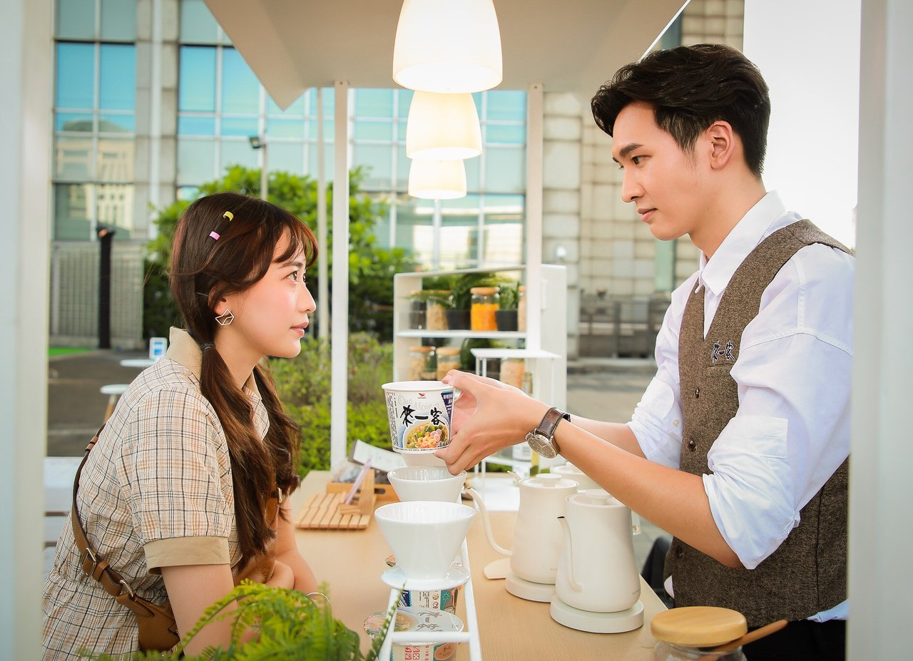 七夕情人節這麼過好浪漫,星空下看電影吃玫瑰口味泡麵。 圖/統一提供