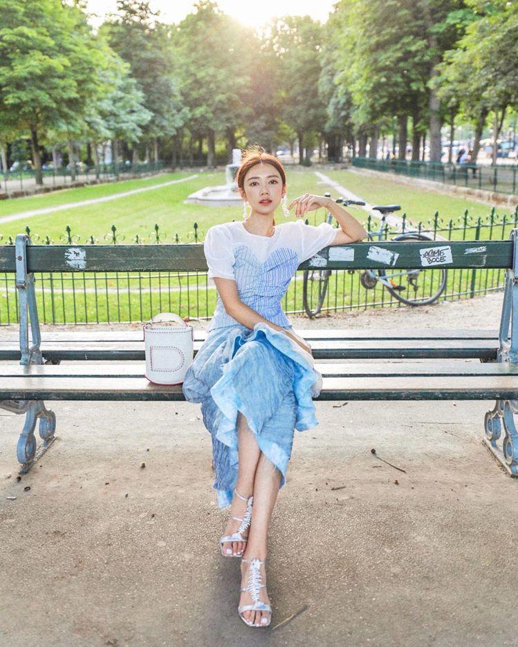 香港演員倪晨曦展現Pin Bucket包款的清新風格。圖/取自IG