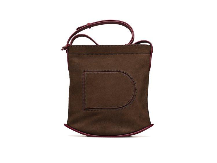 Pin菸草棕滾勃根地酒紅Daily肩背包,售價88,300元。圖/DELVAUX...