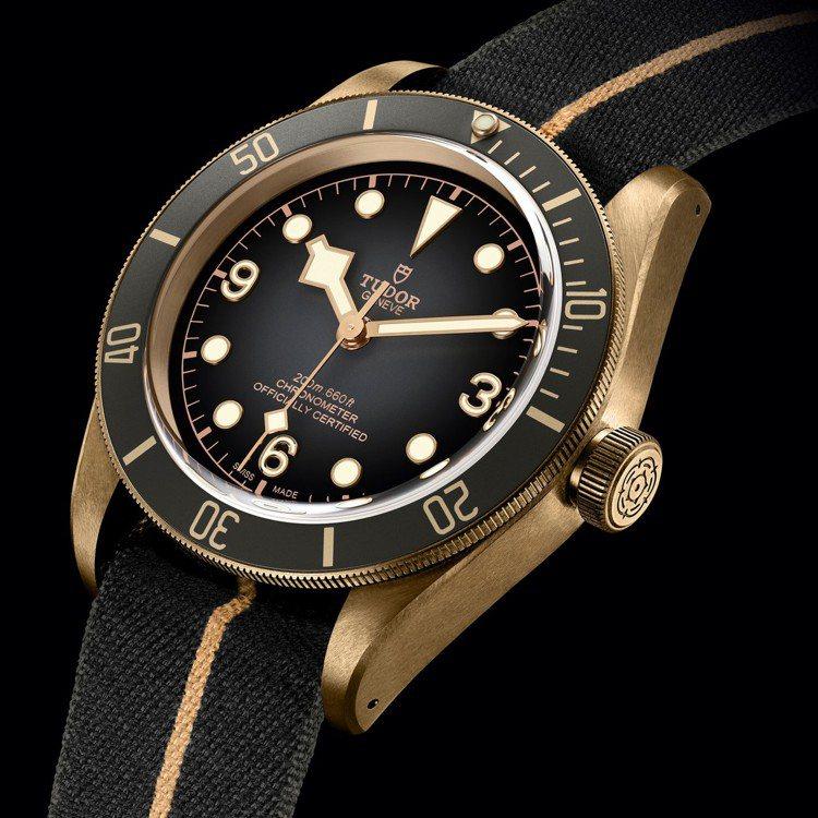 帝舵Black Bay Bronze(碧灣青銅型)43毫米自動腕表搭配石板灰色織...