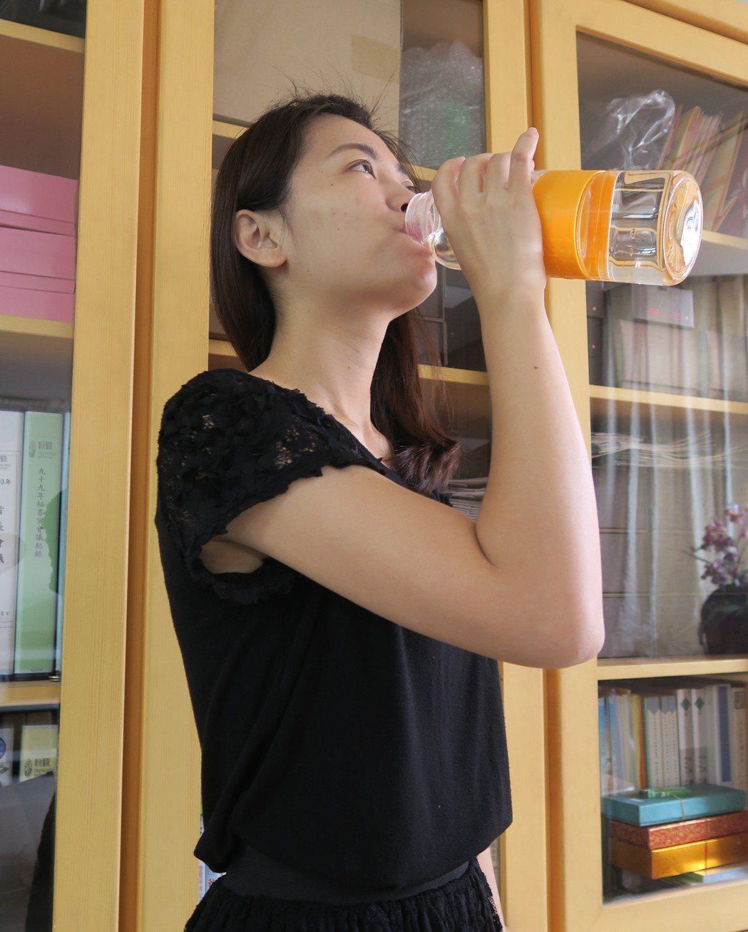 炎炎夏日,民眾補充水分避免中暑。記者林敬家/攝影