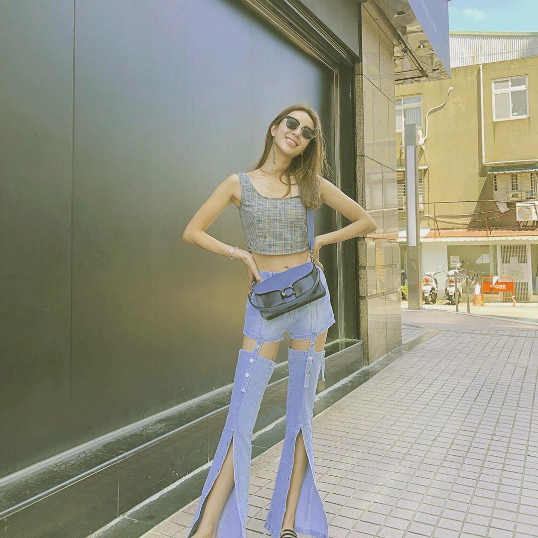 隋棠背著Tabby包,超搶鏡的褲子簡直是踩高蹺的高度。圖/取自IG