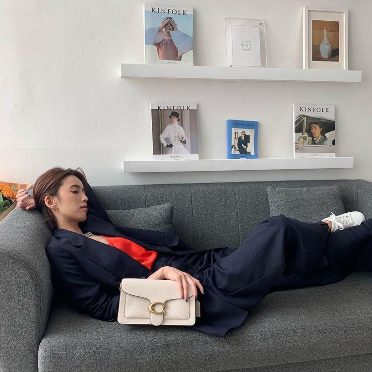 陳庭妮詮釋「星期天沒做什麼、躺著就好」之Tabby手袋的慵懶情境。圖/取自IG
