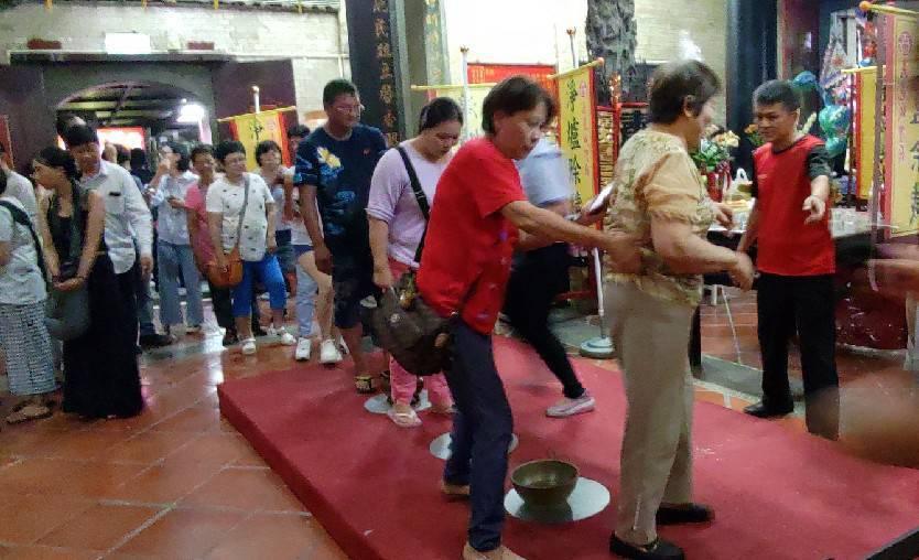 嘉義城隍廟舉辦「淨爐除穢」儀式,首度開放民眾參與,吸引數百人前往除厄運,保平安。...